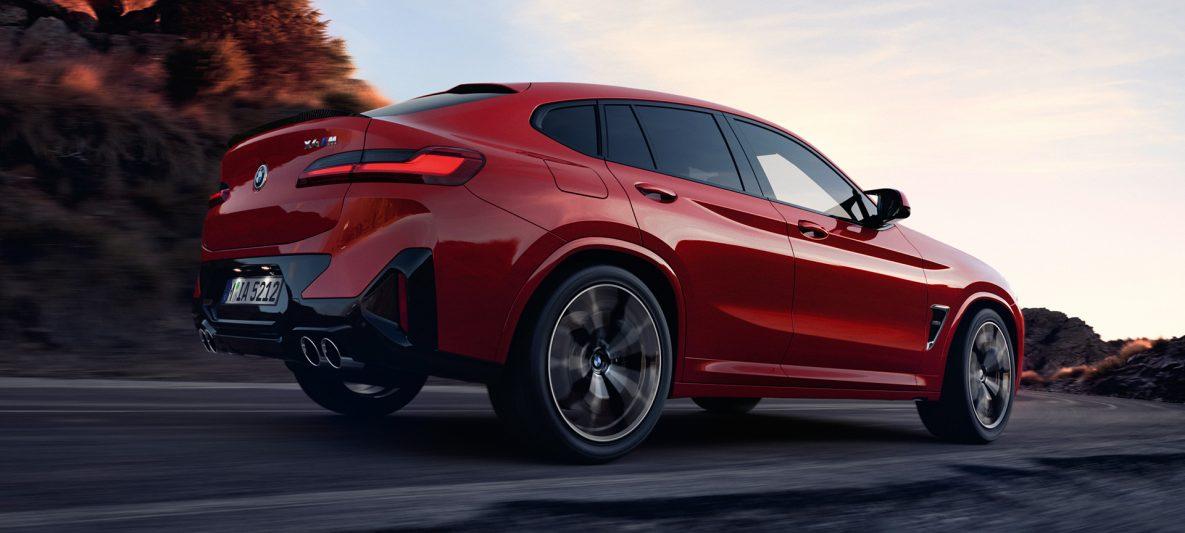 BMW X4 M F98 LCI Facelift 2021 Toronto Rot metallic Seitenansicht vor Fabrikhalle