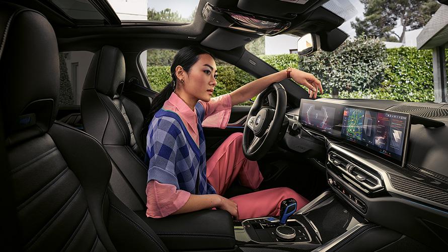 BMW i4 M50 G26 2021 Innenraum mit Frau auf Fahrersitz